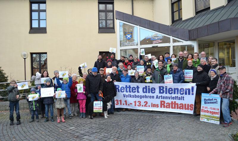 Grüne und Vertreter von ÖDP, BN und anderen vor dem Rathaus in Regenstauf